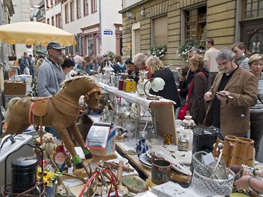 Den beliebten Flohmarkt finden die Besucher des Heidelberger Herbstes jetzt nahe beim Neckar. (Foto: Rothe)